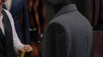 tailleur mesurant un costume photo