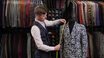 homme mesurant une veste photo
