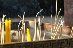 gros plan des bâtons d'encens brûlants et de la fumée de la combustion de l'encens. photo