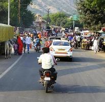 ranthambhore, inde - 10 novembre 2019, véhicules bétail et personnes partageant la route photo
