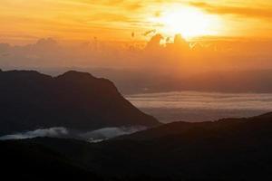 lever du soleil à khao kho, province de phetchabun, thaïlande photo