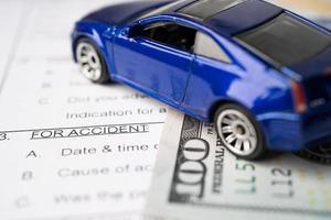 Formulaire de réclamation d'accident d'assurance-maladie avec des billets en dollars américains photo