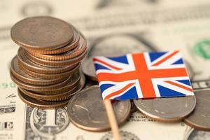 drapeau du royaume-uni sur fond de pièces de monnaie, photo