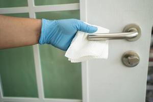 poignée de porte de nettoyage pour protéger le coronavirus covid 19 photo