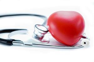 stéthoscope avec coeur rouge sur fond blanc. photo