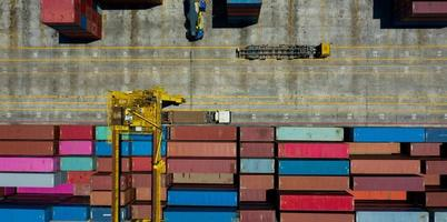 chargement de conteneurs de séquences de vues aériennes, déplacement de conteneurs d'expédition photo