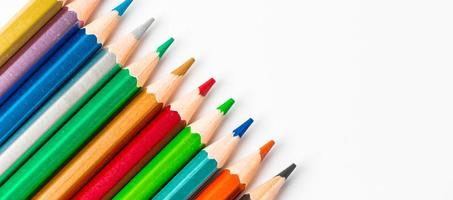 Crayons en bois de couleur isolé sur fond blanc photo