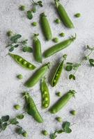 cosses de pois verts frais et pois verts avec pousses photo
