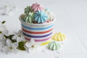 petites meringues colorées dans le bol en papier photo