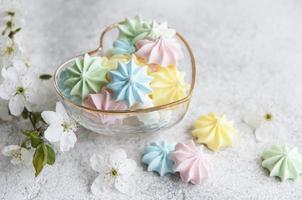 petites meringues colorées dans le bol en forme de coeur photo