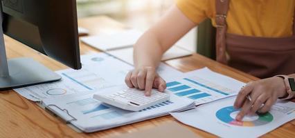gros plan femme analyse consultant en investissement photo