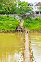 Pont de bambou sur le fleuve Mékong à Luang Prabang, Laos, 2018 photo
