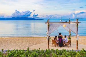 dîner privé romantique en lune de miel sur la plage de koh samui, thaïlande, 2018 photo