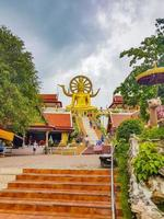 statue de bouddha doré au temple wat phra yai, koh samui, thaïlande, 2018 photo