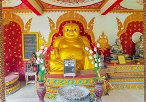 statue de bouddha riant gras doré au temple wat phra yai, koh samui, thaïlande, 2018 photo