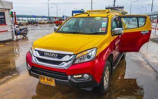 taxi jaune rouge avec porte ouverte sur koh samui en thaïlande. photo