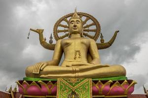 statue de bouddha doré au temple wat phra yai, koh samui, thaïlande photo