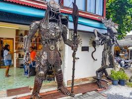 robots samui faits de pièces métalliques sur koh samui, thaïlande, 2018 photo