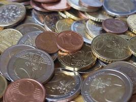 de nombreuses pièces en euros photo