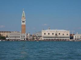 Place Saint Marc vue du bassin Saint Marc à Venise photo