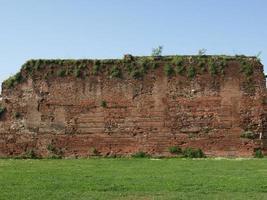 ruines de mur romain antique, turin photo