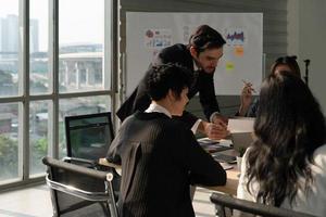 collaboration d'affaires dans le bureau international photo