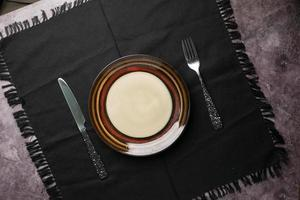 couverts et assiette vide sur fond de bois de haut en bas photo