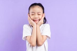 portrait d'enfant asiatique sur fond violet photo