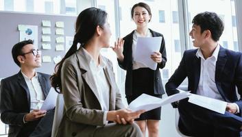 portrait d'une femme d'affaires asiatique présentant son plan lors d'une réunion photo