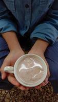 quelqu'un tient une tasse de lait de soja photo
