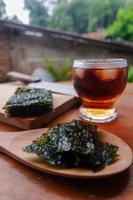 photo d'algues hachées et d'une tasse de café
