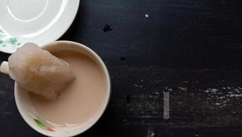 photo de boisson au lait de soja rouge dans une tasse sur fond noir