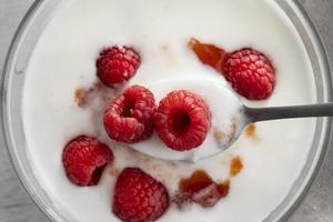 yaourt aux framboises vue de dessus photo