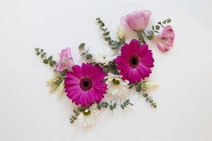 composition de fleurs magnifiques à plat photo