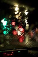 la vue nocturne de la ville des veilleuses floues photo