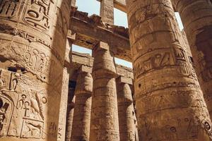 colonnes avec des hiéroglyphes dans le temple de karnak à louxor, en égypte. voyager photo