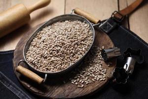 graines de tournesol dans le bac sur le fond en bois photo