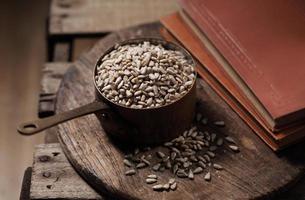 graines de tournesol en coupe sur le fond en bois photo