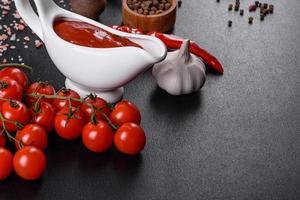sauce rouge ou ketchup dans un bol et ingrédients pour la cuisson photo