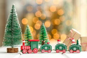 éléments rouges et verts qui sont utilisés pour décorer le sapin de noël photo