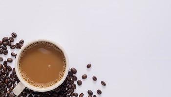 tasse à café, grains de café, scène de fond blanc photo