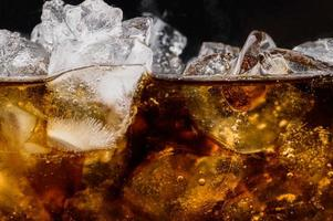 cola en verre avec des glaçons transparents photo