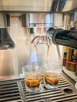 double coup d'espresso tiré de la machine photo