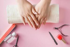 procédure de soins des ongles dans un salon de beauté photo