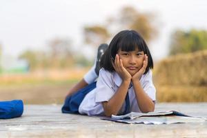 étudiant asiatique en uniforme étudiant à la campagne de la thaïlande photo