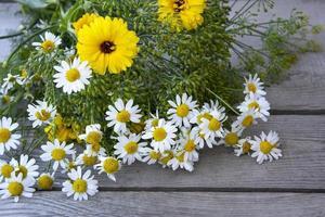 bouquet de fleurs sur un fond en bois photo