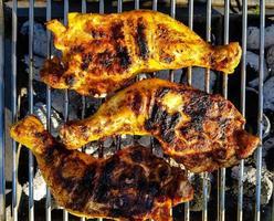 pilons de poulet épicés sur le gril photo