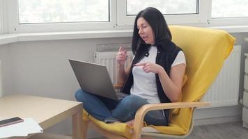 appel vidéo d'une femme caucasienne sur un ordinateur portable, diffusion d'une formation par webinaire en ligne, conférence dans le cadre d'une conversation en ligne à distance. travail à domicile. photo