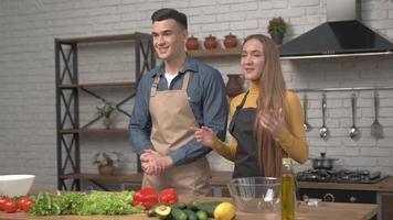 jeune couple attrayant blogueurs tournage vidéo blog alimentaire sur la cuisine dans la cuisine photo