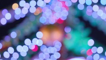des cercles colorés abstraits chatoyants ont défocalisé la vidéo des lumières de noël. guirlandes lumineuses floues. hors foyer vacances fond arbre de Noël. bokeh léger de l'arbre de Noël. photo